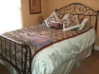 Queen bed room in Tuscan Gardens