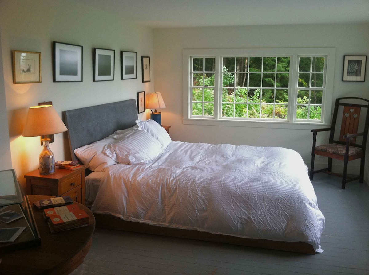 The master bedroom, with an oak California king bed and slate headboard.