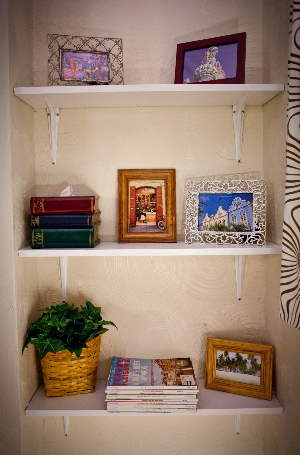 Built-in bookshelves feature photos from iconic destinations.