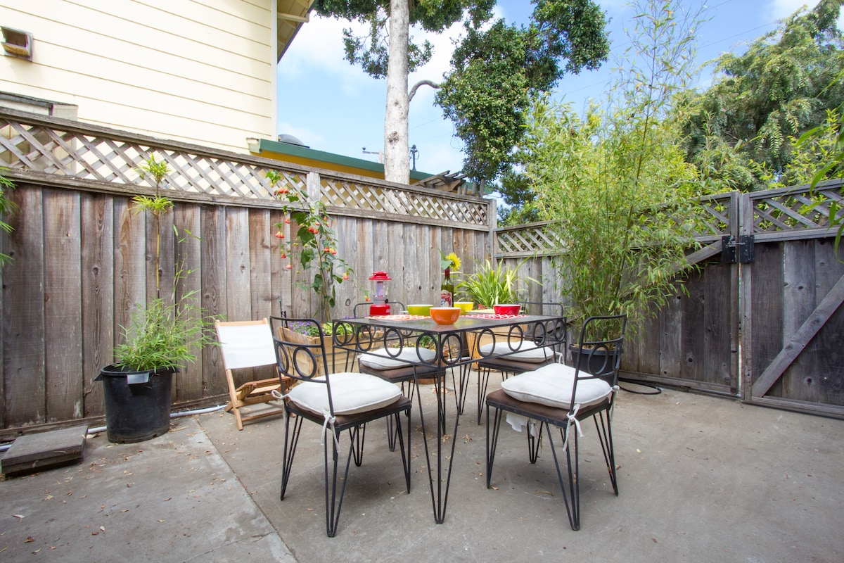 an outdoor eating area