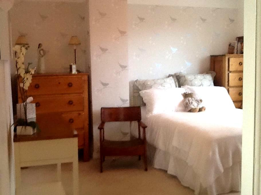 Bright & airy luxury bedroom - Birkenhead - House