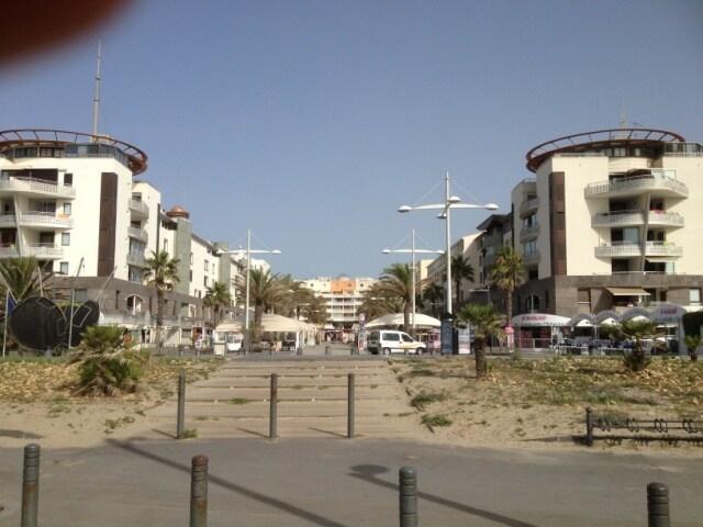 Le Mail de Rochelongue vu de la plage - l'appartement est sur l'aile droite du Mail -