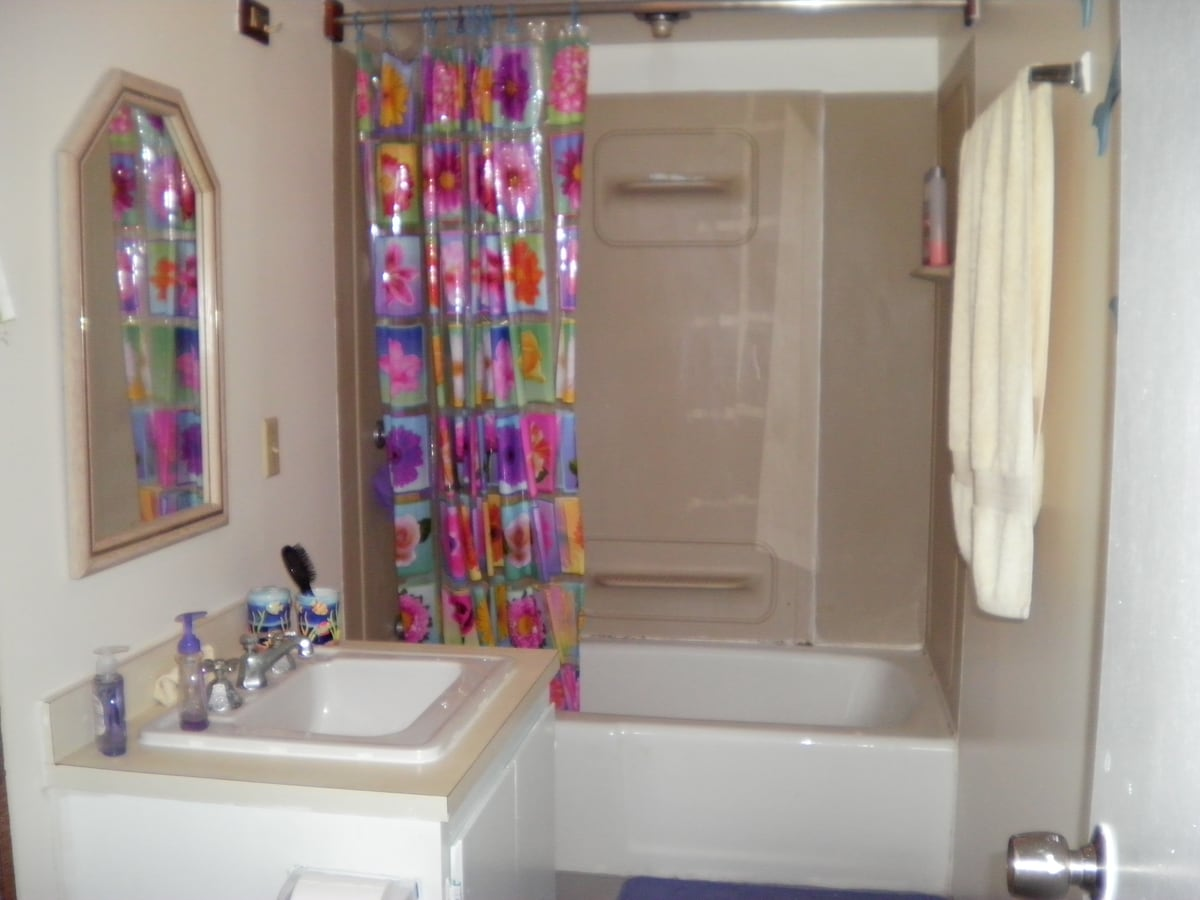 The bathroom with tub/shower.