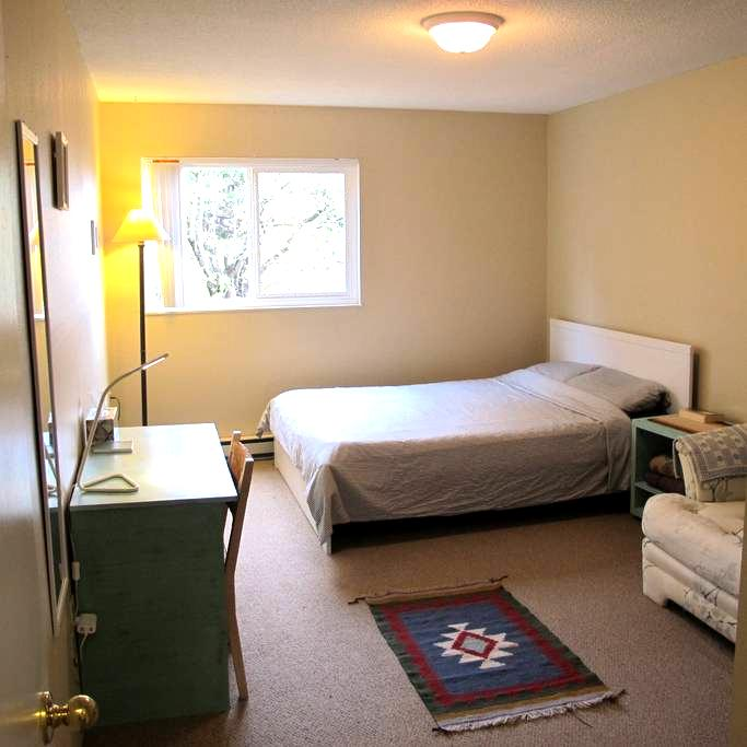 Spacious room on the beach steps from downtown - Victoria - Apartment
