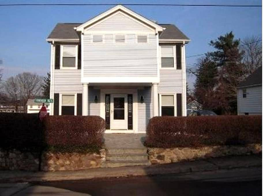 Walk to private beach and club from this 2BDR home - Branford - Σπίτι
