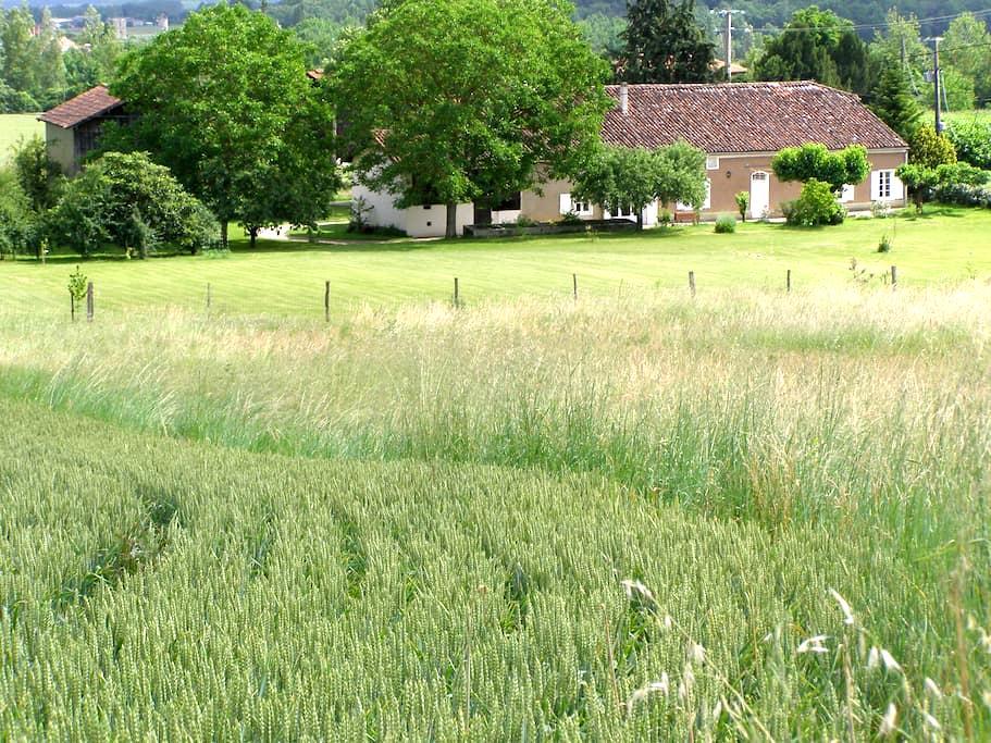Chambre dans une ferme restaurée - Sainte-Colombe-en-Bruilhois