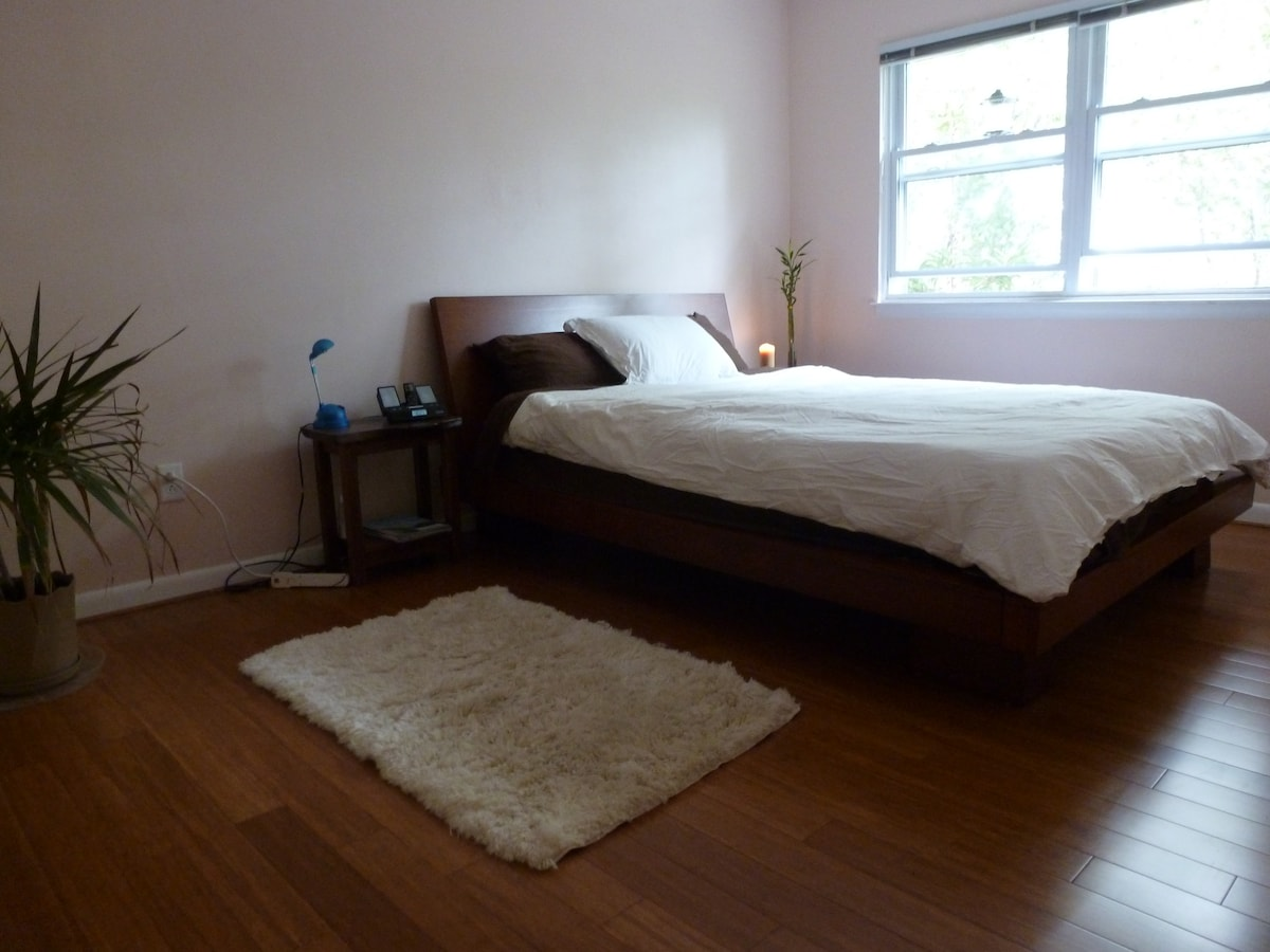 This room is available for reservations of 3 people. ORGANIC latex queen sized bed and option of twin matress on floor for 3rd guest.