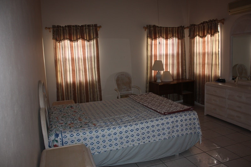 The house has 3 bedrooms each equipped with a Queen-size bed and a private bathroom with shower and tub. This arrangement offers additional flexibility and makes this house great for families, groups of friends, couples etc.