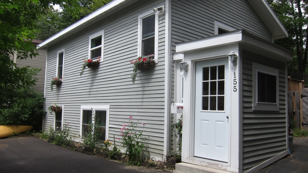 Front Entranceway to Cottage with driveway parking.