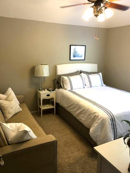 Fresh, newly decorated private bedroom. - Fresno - Ház