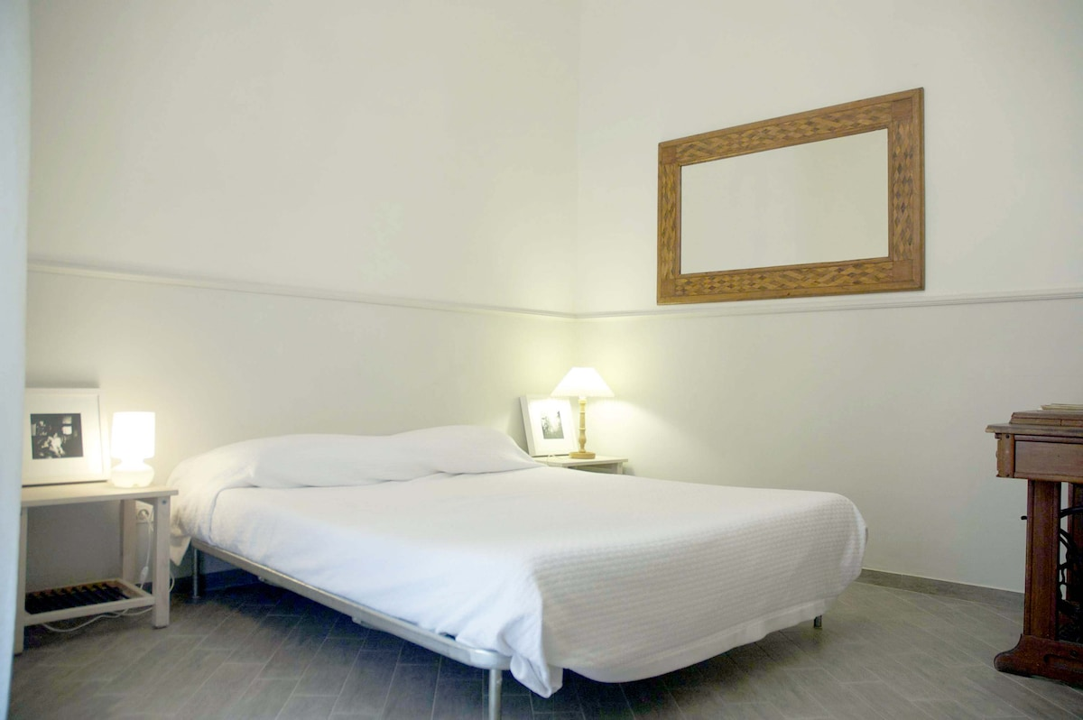 Bellissima Room with A/C, bathroom with large shower, security box, keys. Linen and towels included!