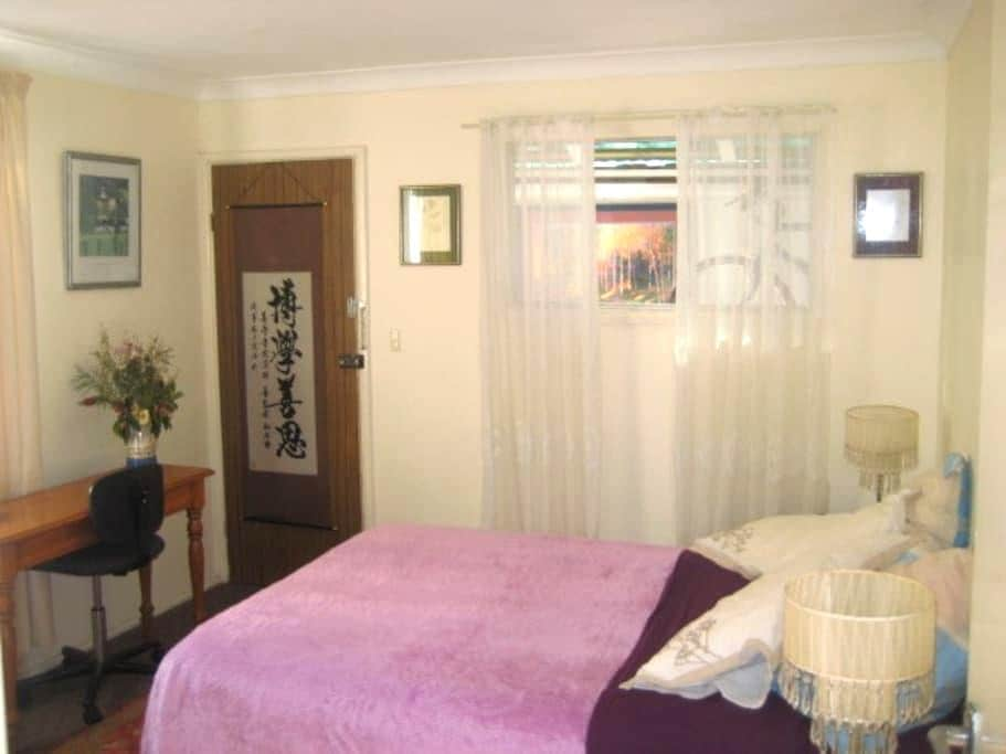 Sunny room & comfy bed with breakfast in Hamilton - Hamilton - House