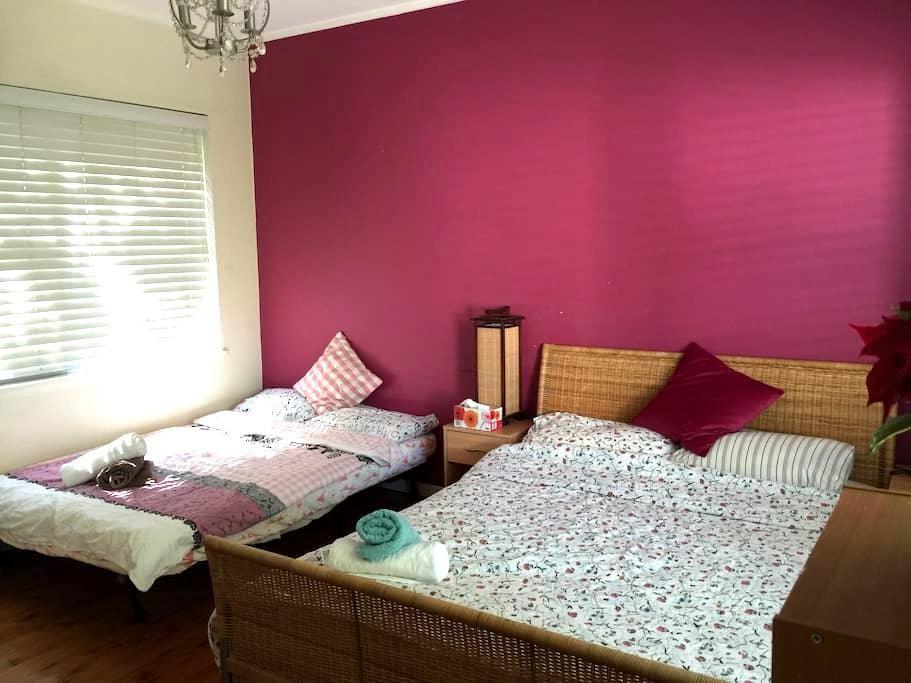 Leafy outlook Double Queen bedroom - Beecroft - Talo