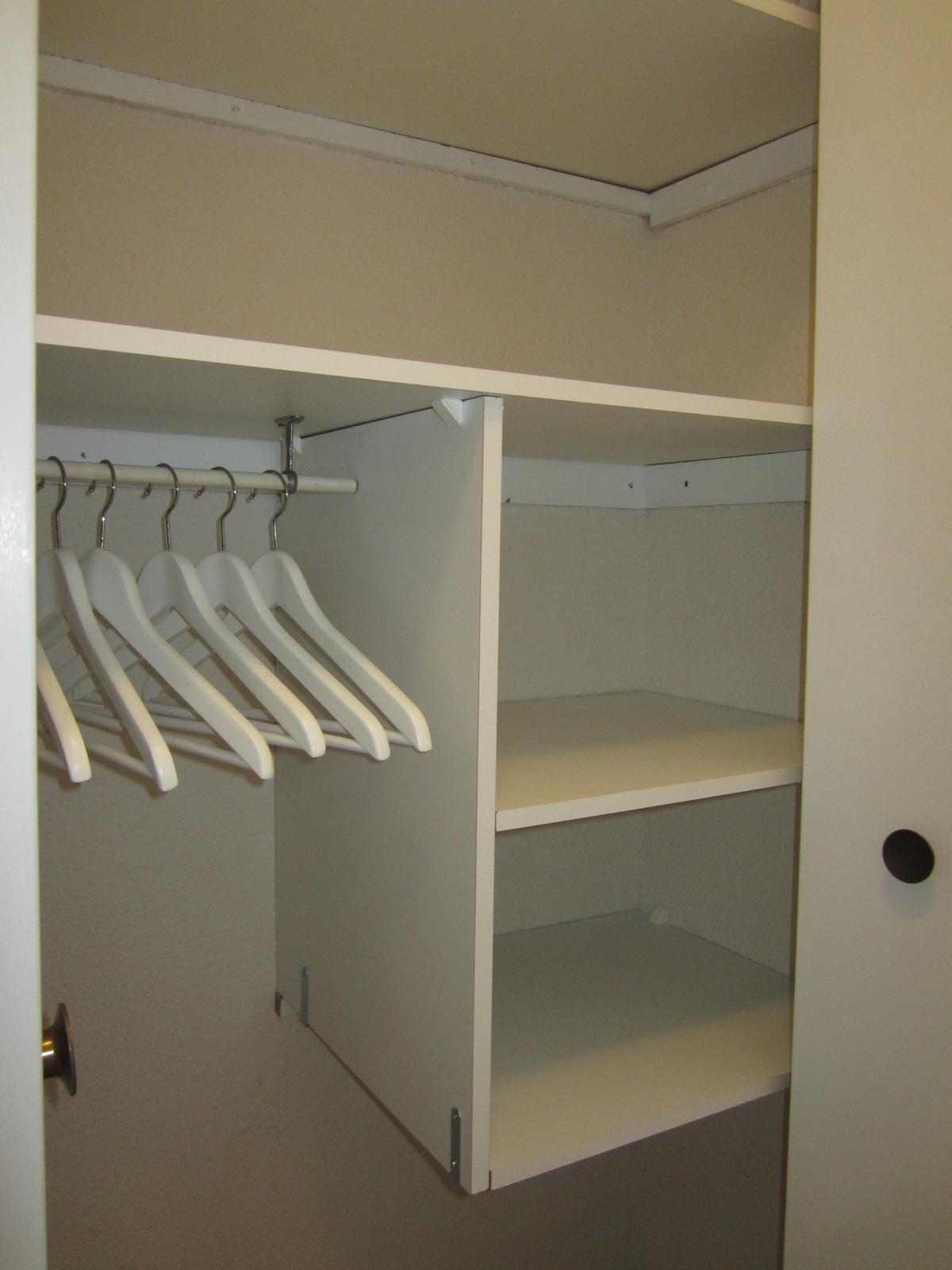 Spacious built- in wardrobe - Spacieux placard -  La Negrita