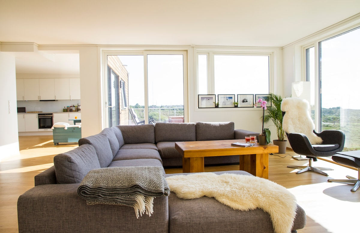 Large and comfortable livingroom with amazing view