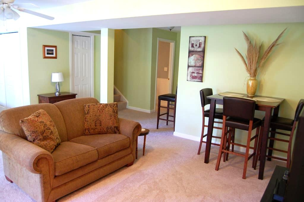 Home Suite Home!  Bright & Spacious Private Suite - シャーロッツビル - 一軒家