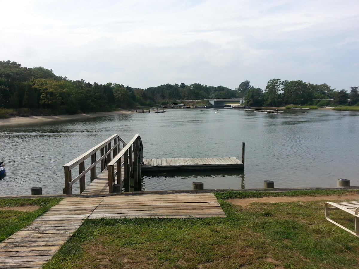 Backyard floating dock on Goose Creek for a small boat or kayaks...