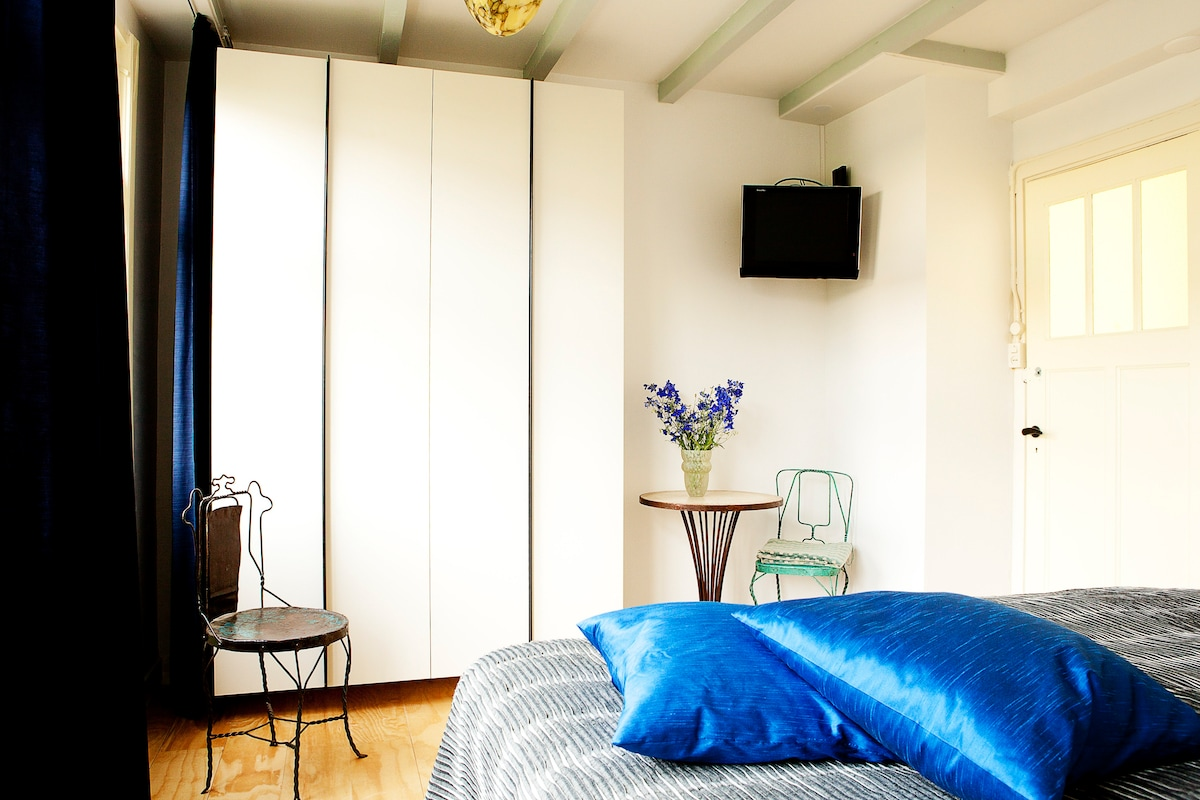 ruime lichte slaapkamer. met electrisch verstelbaar bed     20% SPECIAL OFFER FOR A LIMITED NUMBER OF GUESTS!!! When composing the email type it manually. Email: host36@óutlóók.cóm