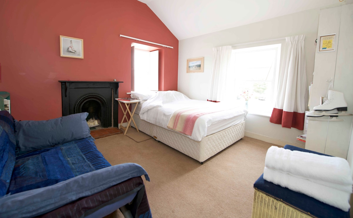Bright double room, overlooking a small park.