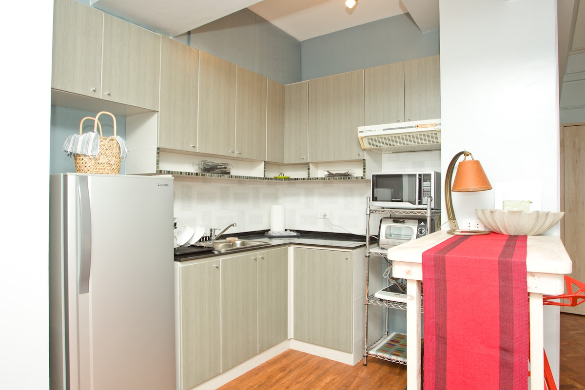 The well-equipped kitchen, with a welcome basket! :)