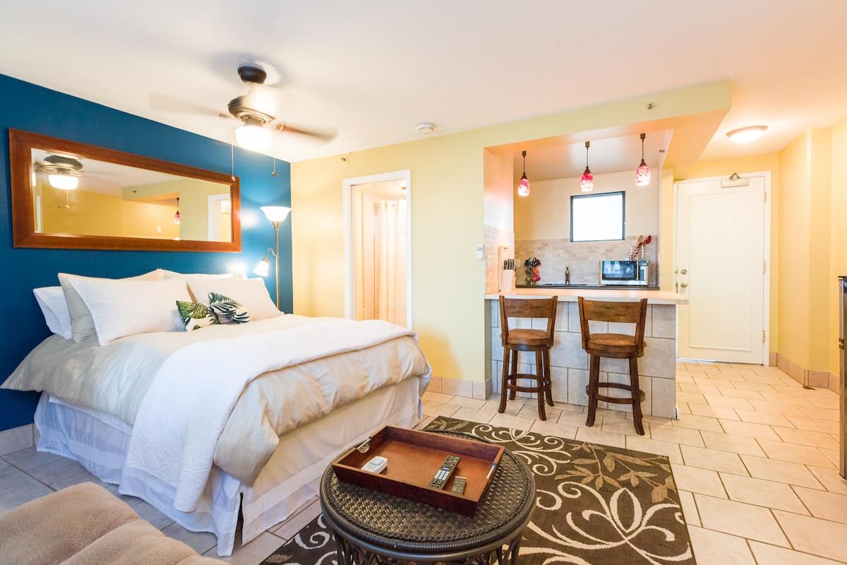Beautiful Waikiki studio with high quality furnishings just strides to the Beach, Zoo, & Diamond Head