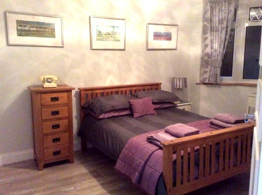 Large sunny double room with en suite shower room. - Shoreham-by-Sea - Casa