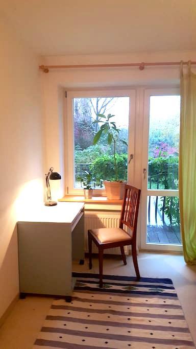 Zimmer mit Balkon, Küche und DSL Flat - Neubiberg - House