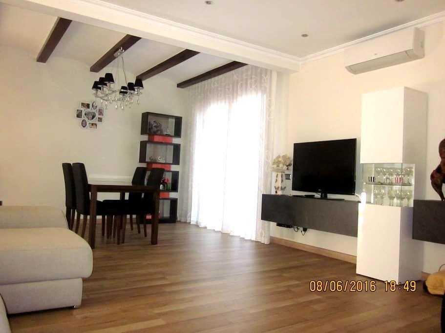 Casa muy cómoda cerca de Barcelona. - Montcada i Reixac - Hus