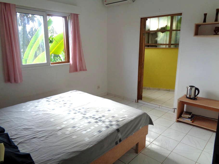 Avec salle de bain et terrasse privée. Climatisée. - Pamandzi - House
