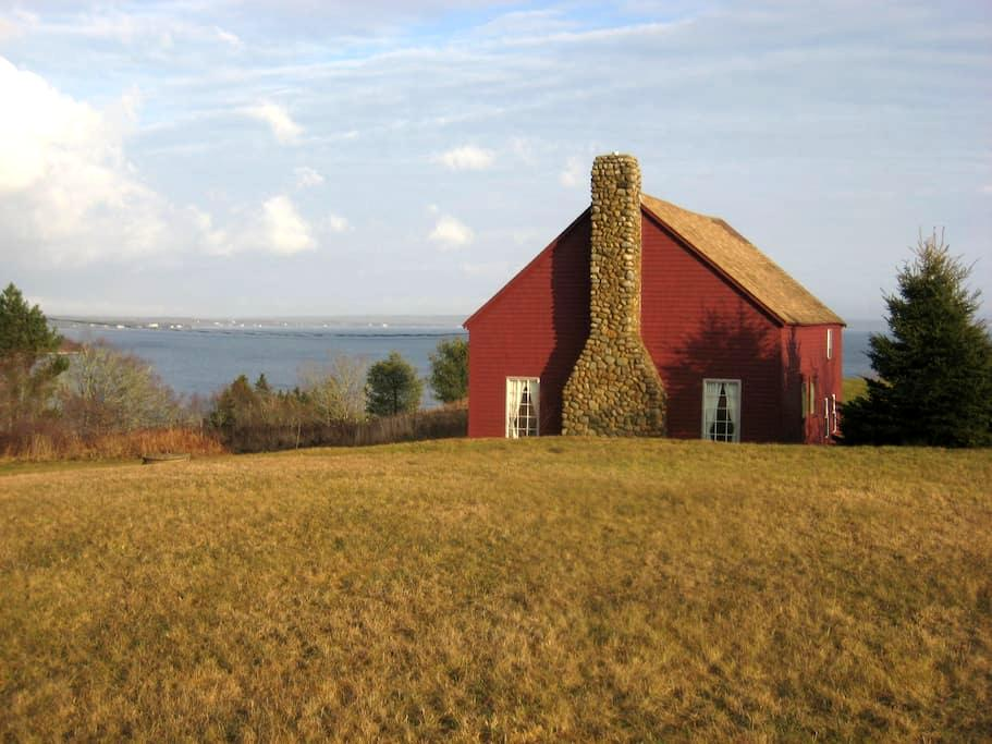 The Barn (200+ year old converted barn on ocean) - Chester - Hus