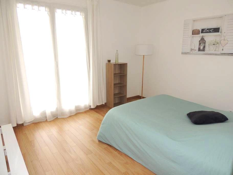 Jolie chambre sur jardin calme - Saint-Martin-du-Tertre - Bed & Breakfast