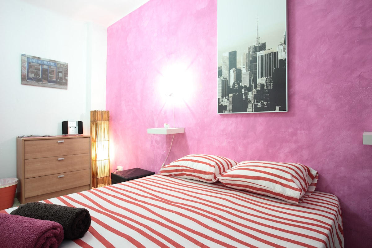 Independent double room very quiet and clean, with air conditioner, wifi and music speakers,tv and films...
