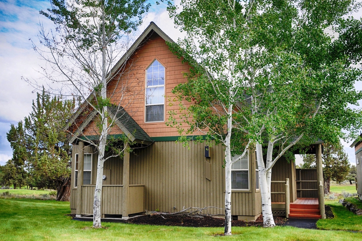 Well appointed 3 bed/2 bath cabin, on the golf course
