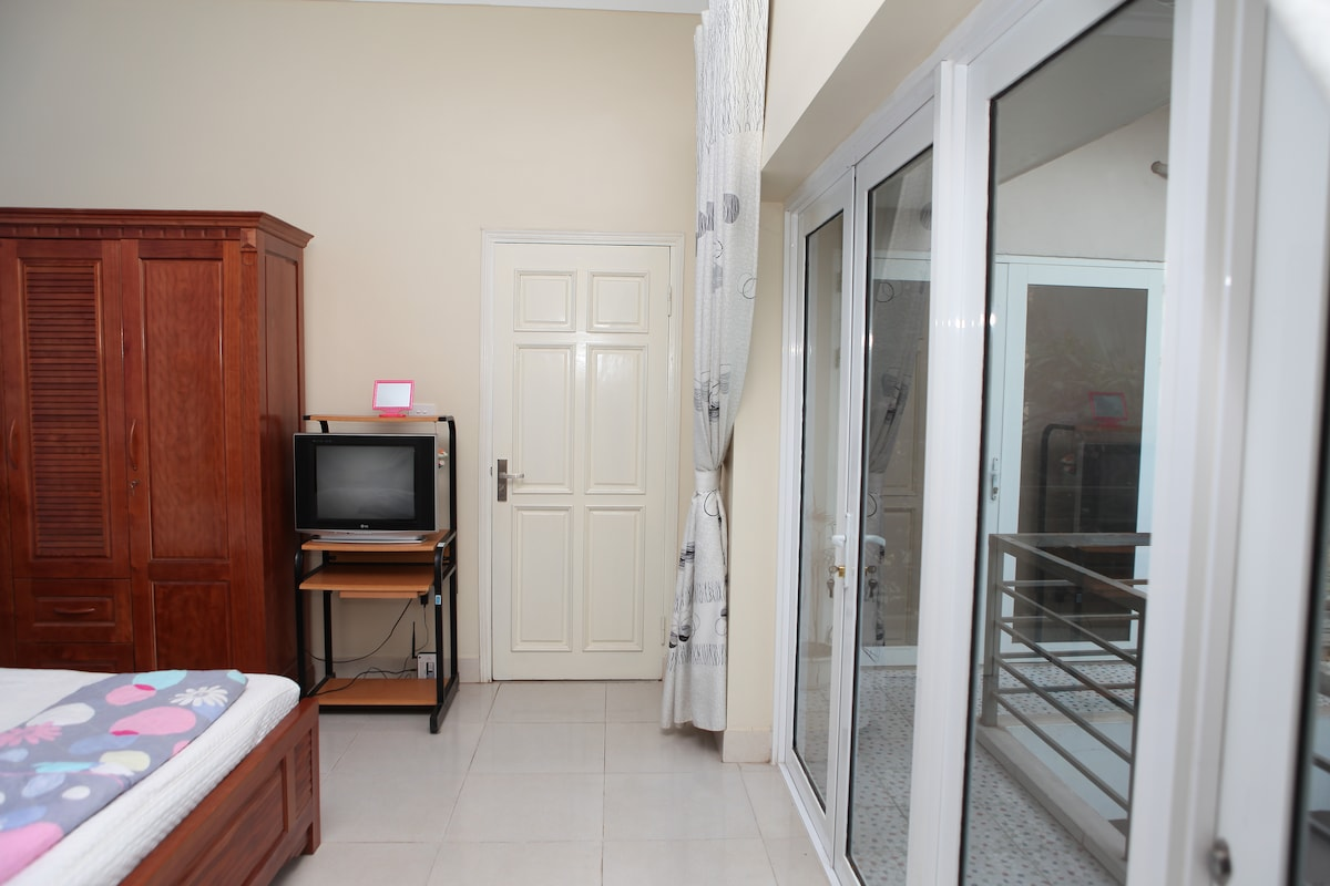 well-furnished with cable TV, aircon, fridge, wifi