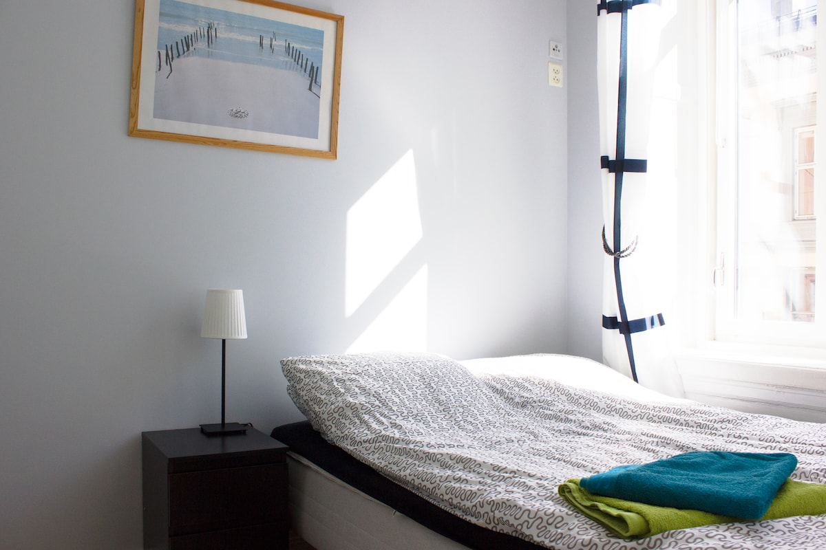 In the bedroom there's a double bed (140 x 200 cm.).
