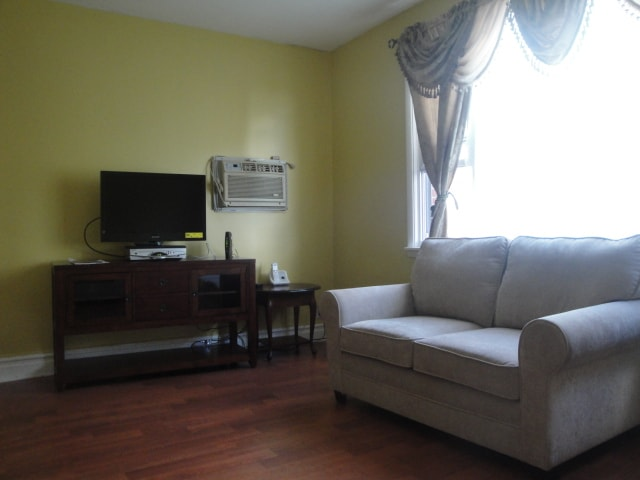 15 MIN TO  NYC BY BUS  3 BED APT