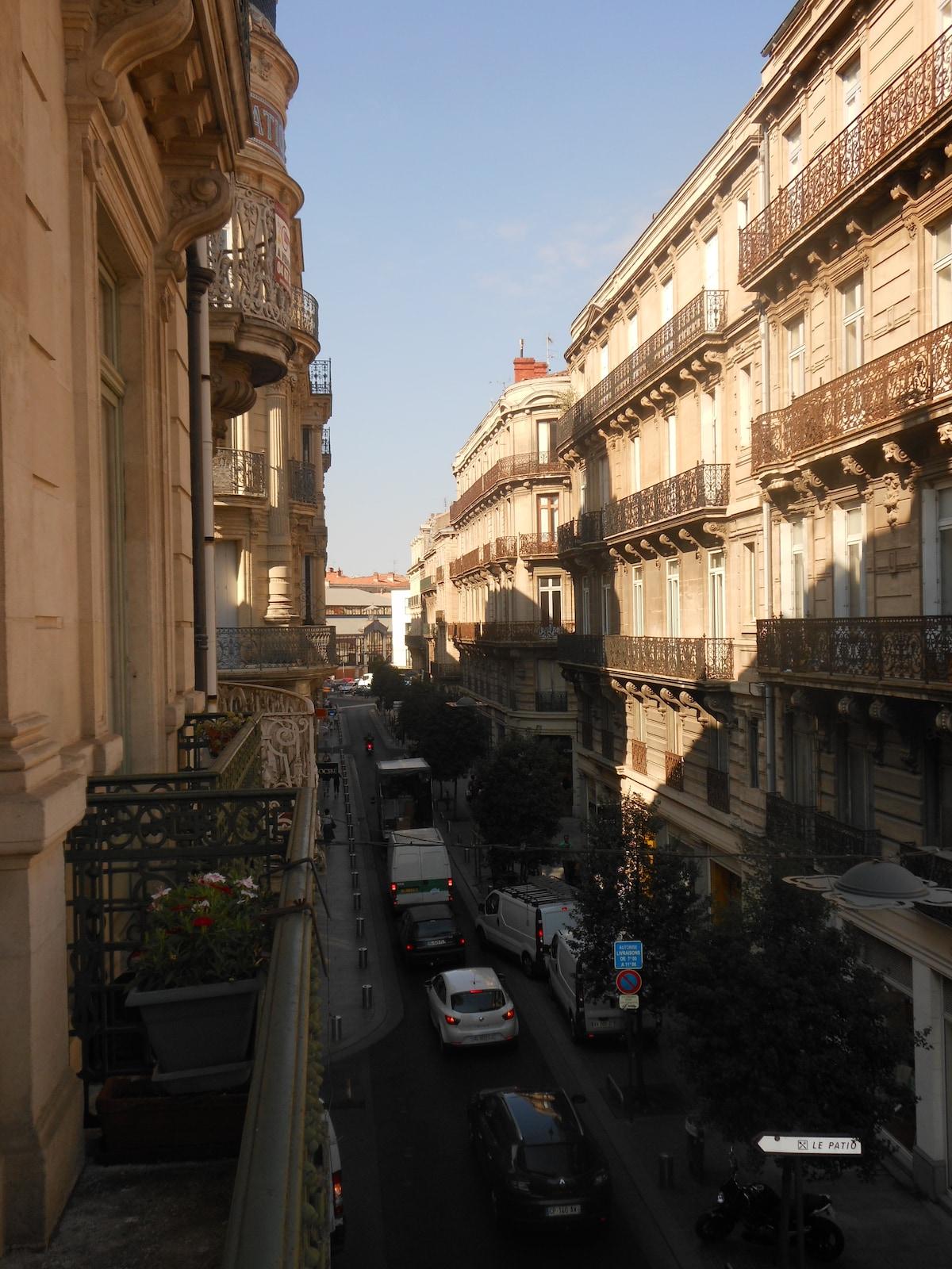 Les halles sont au bout de la rue