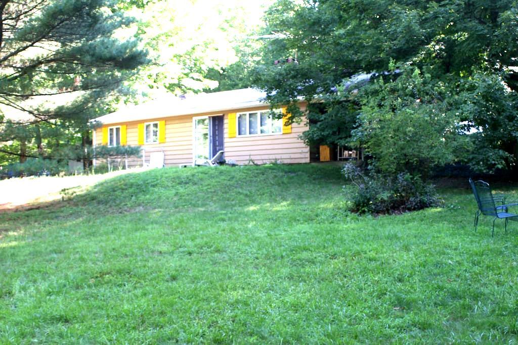 Peaceful home near Lake Taghkanic - Ancram