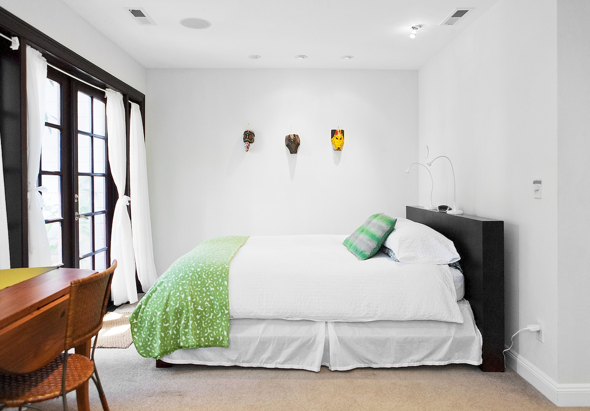 Lovely, garden studio apartment