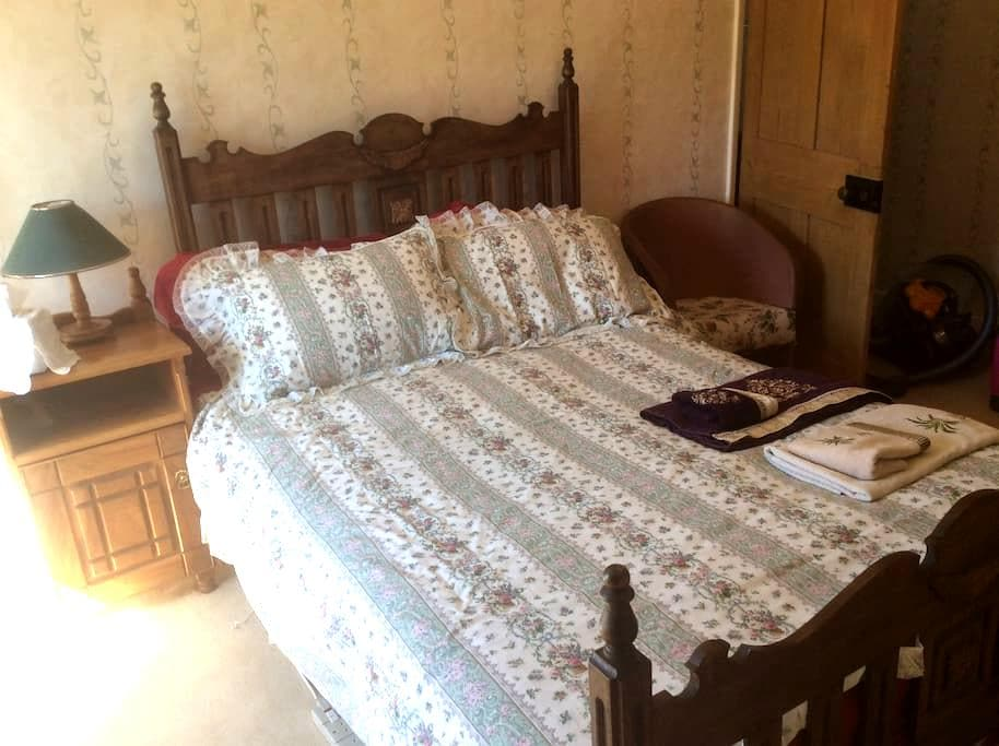 En suite double room in 300yr old cottage. Parking - Hinton Parva - Casa