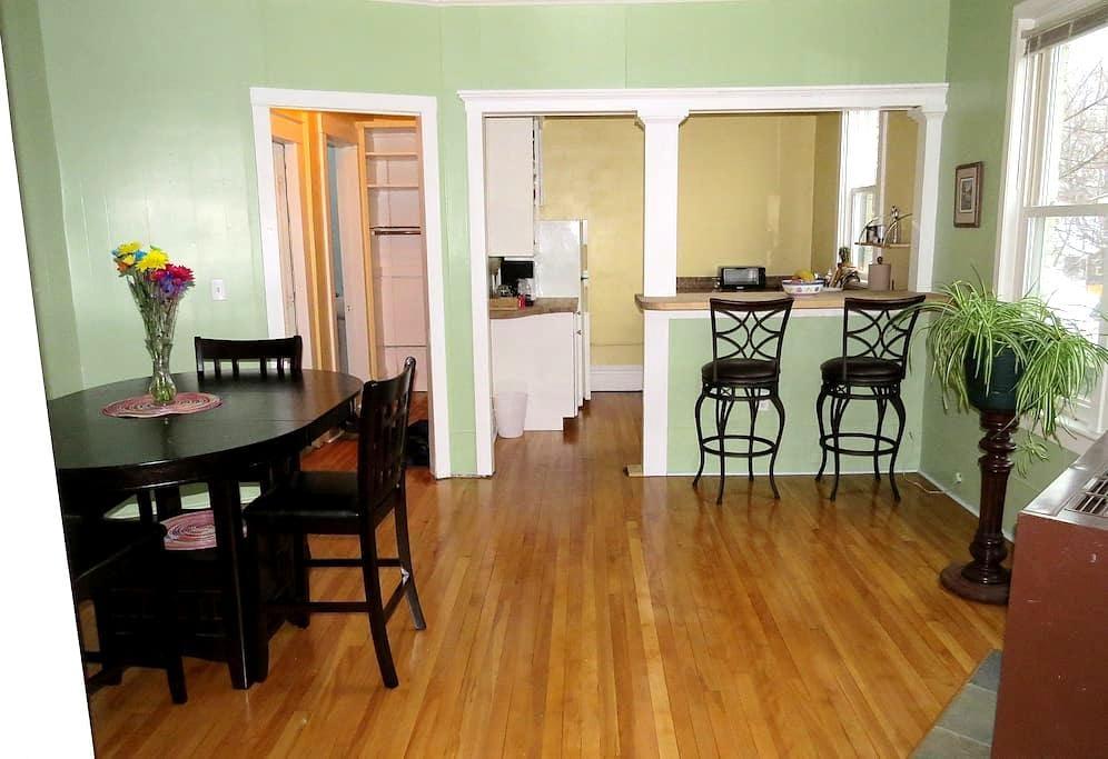Convenient, spacious 2nd floor apt. - Marquette - Apartamento