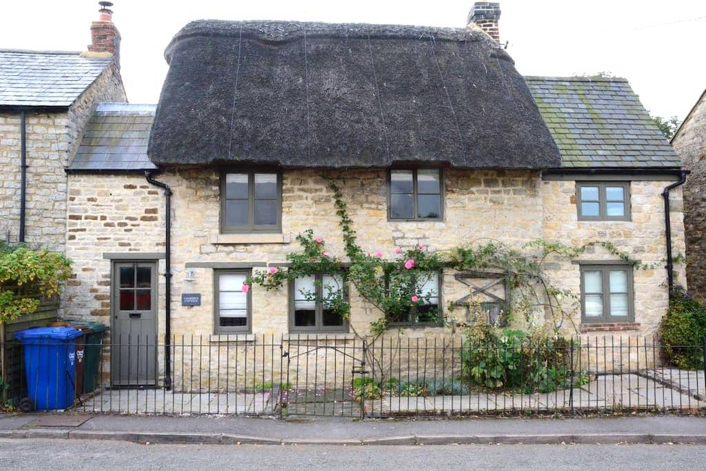 Picturesque Thatched Cottage - Lower Heyford