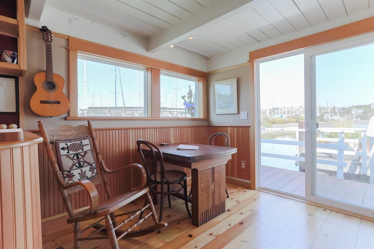 Floating Guest Cottage (houseboat)