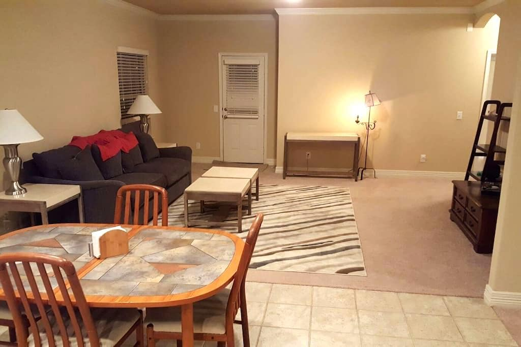 Comfy New Home with Private Bed and Bath - New Braunfels - Hus