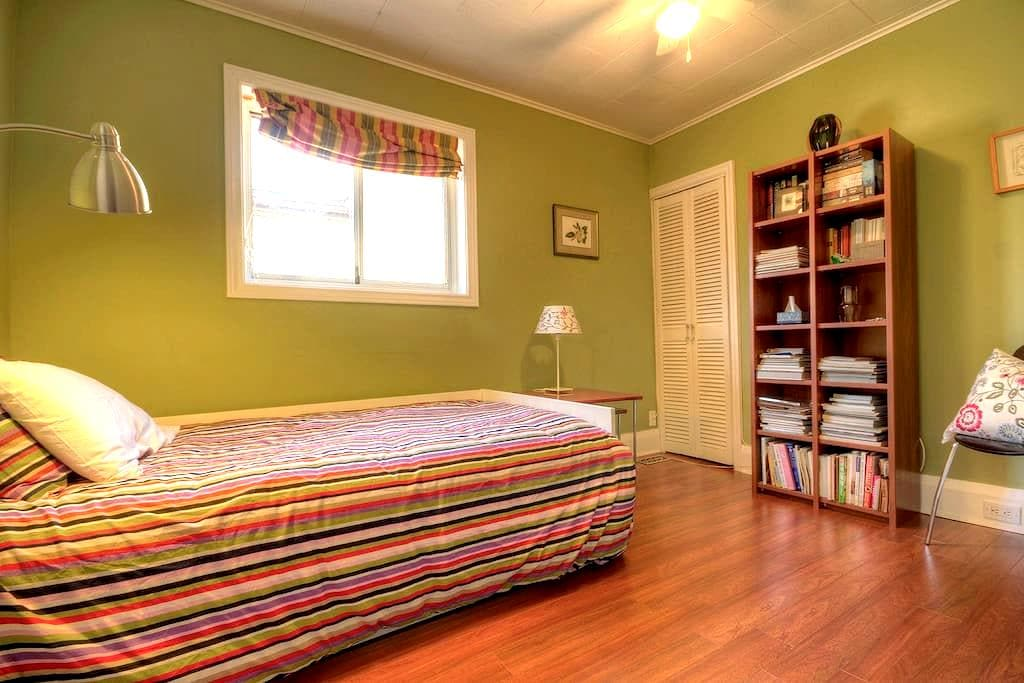 Cosy Room in Lovely Leslieville - Toronto - Bed & Breakfast