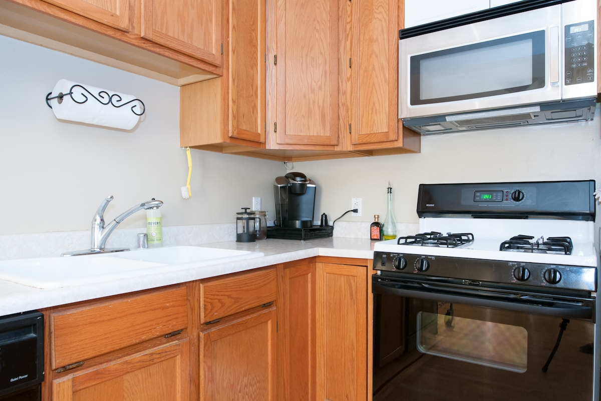 Fully equipped kitchen with gas stove, dishwasher, etc