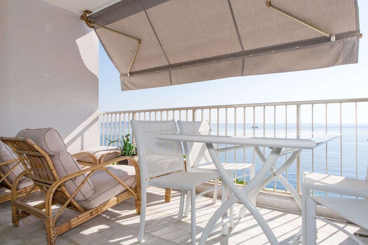 Balcon front de mer et accès direct à la plage.