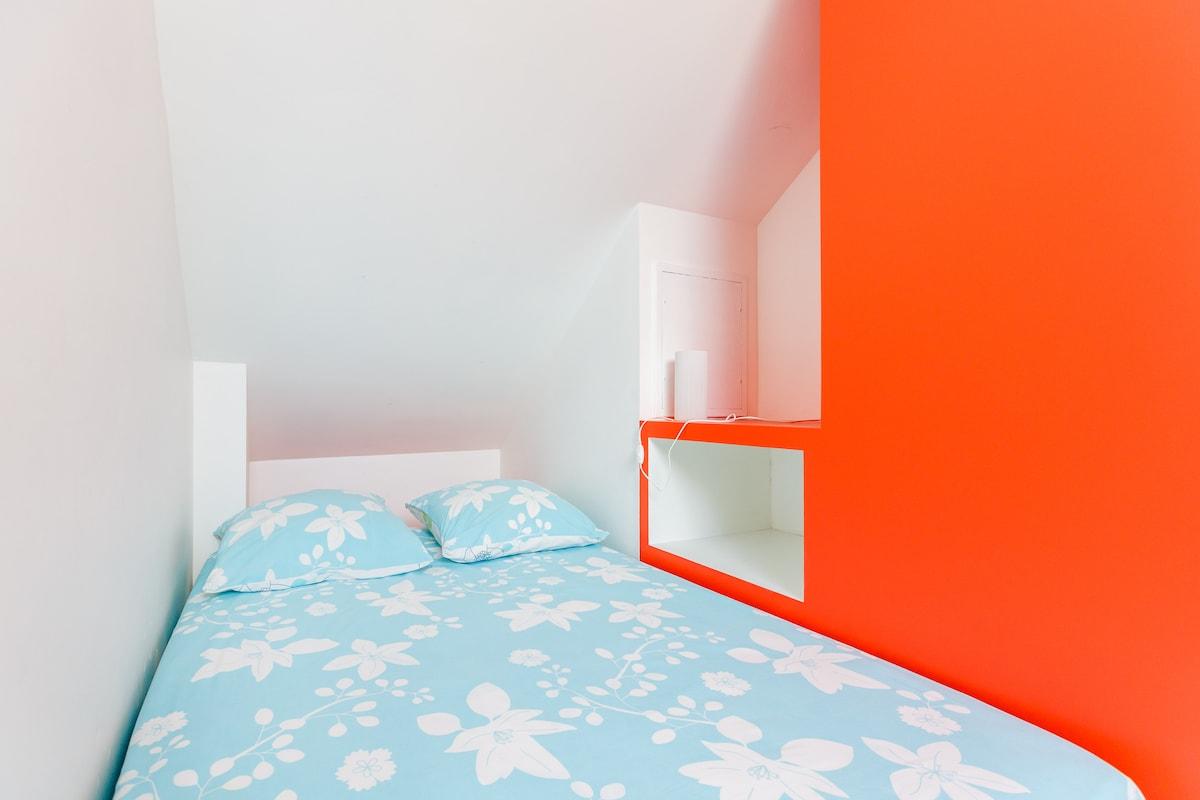 Attic room : quiet and sunny / Chambre calme et ensoleillée