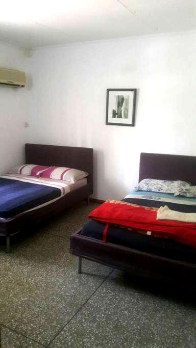 Convenient central safe base for exploring Accra - Accra - Huis