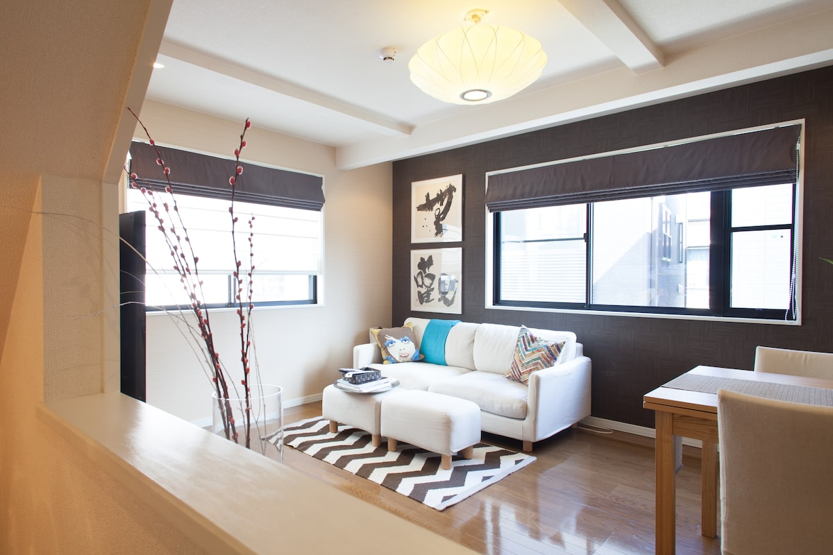 Bright and airy Living Room (2f)